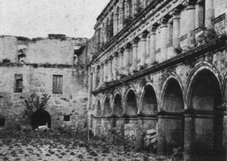 Ausencia del lienzo norte del Claustro Grande del actual Parador de Santo Estevo de Ribas de Sil (Nogueira de Ramuín, Ourense) en 1909.. Image © Anette Meakin