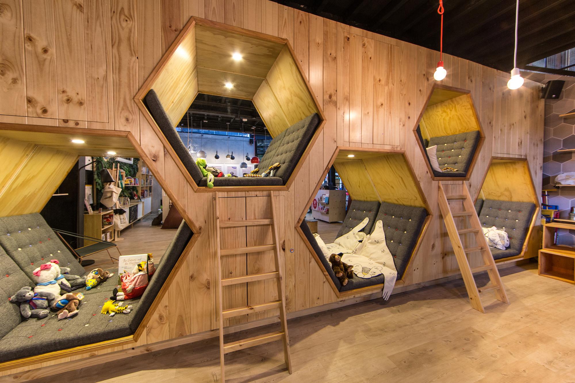 Galer a de 9 caf librer a plasma nodo 1 for Interior design 9