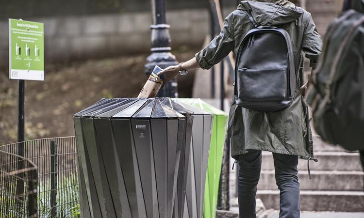 Sistema de Reciclagem do Central Park desenhado por Landor Associates. Imagem Cortesia de Landscape Forms