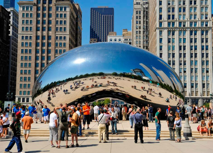 """Cloud Gate"" de Anish Kapoor, escultura no Millennium Park em Chicago. Imagem © Urban Land Institute"