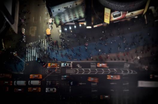 Pedestres na Times Square caminham em áreas restritas ao carros. Imagem © Flickr user Markus Spiering