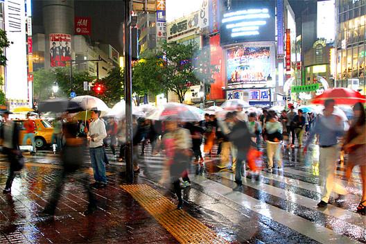 Pedestres atravessa um cruzamento movimentado em Shibuya, Tóquio. Imagem © Flickr user Just One Way Ticket