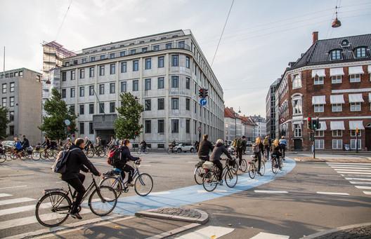 Ciclistas em pistas exclusivas em Copenhague, Dinamarca. Imagem © Flickr user Tony Webster