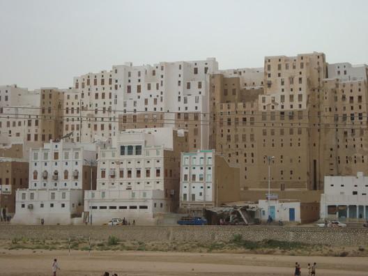 © Wikimedia CC user Aiman titi  The 'Manhattan of the Desert': Shibam, Yemen's Ancient Skyscraper City Shibam2