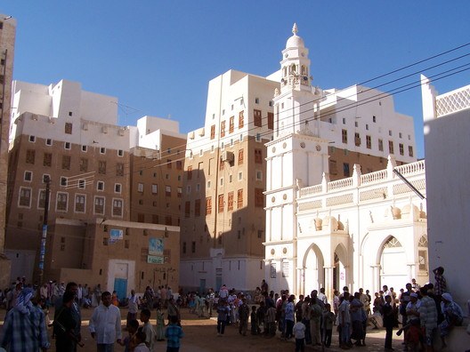 Haroon Alrashid Mosque in Shibam. Image © Flickr CC user Najeeb Musallam  The 'Manhattan of the Desert': Shibam, Yemen's Ancient Skyscraper City 332546390 627e49409c o