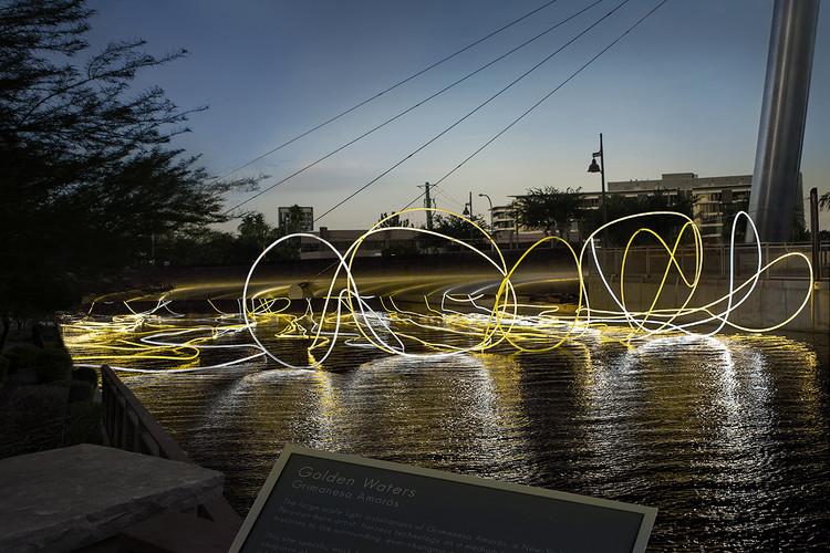 Golden Waters, luces flotantes por la artista peruana Grimanesa Amorós, Cortesía de Grimanesa Amorós Studio