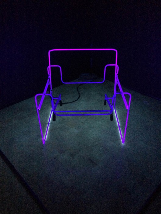 Pink Electric Chair (tubos fluorescentes y energía eléctrica) . Image © Begoña Uribe
