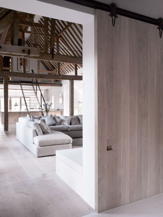 Park corner barn mclaren excell archdaily for Barn loft doors