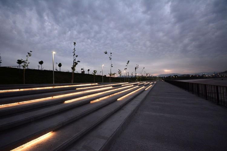 La nueva iluminación integrada al Parque Fluvial Renato Poblete por DIAV, Cortesía de DIAV