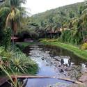 Barragem e jardins ao lado de alojamentos.. Image © Acervo dos autores