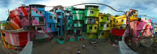 """Projeto """"Favela Paintig"""", idealizado por Jeroen Koolhaas e Dre Urhahn na Vila Cruzeiro, Rio de Janeiro. Fonte: Screenshot do vídeo da dupla no TED Talk"""