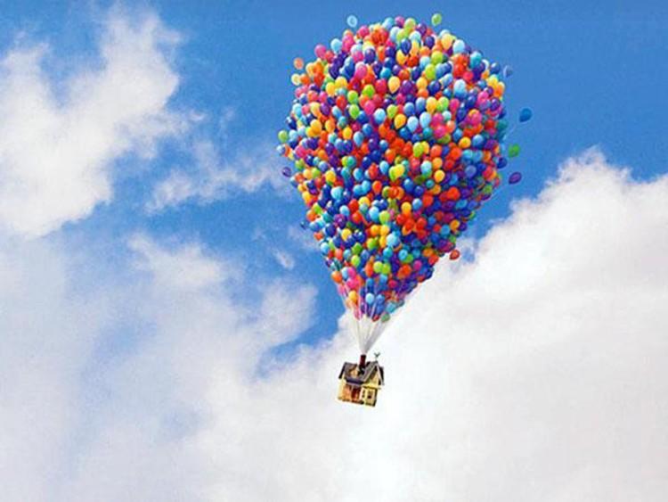 La casa en la UP flota con globos de helio y viaja asi al otro lado del globo. Imagen © Pixar