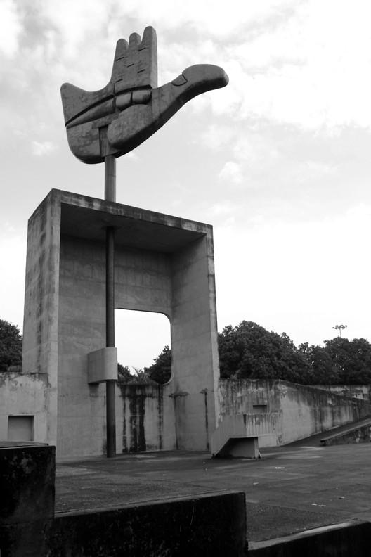 Monumento de la Mano Abierta. Le Corbusier. Imagen © Fernanda Antonio