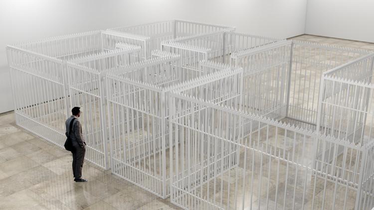 Bungalow, una reflexión del espacio a través de los límites auto impuestos por la sociedad, Cortesía de Galería Patricia Ready
