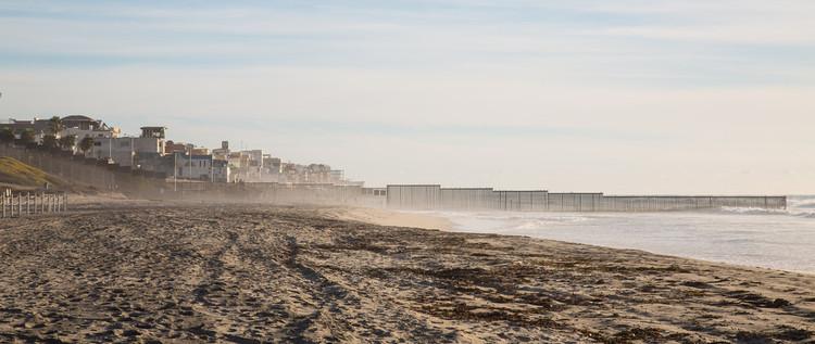 La condición actual de la frontera en la costa, con la cerca fronteriza desapareciendo en el océano. Imagen © Flickr CC usuario Tony Webster