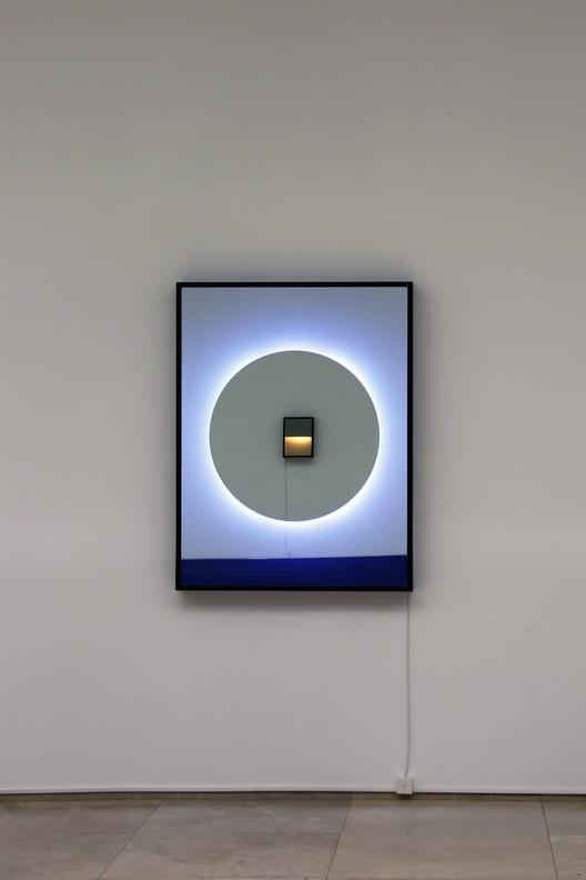 Espejo de una dirección, tubos fluorescentes, aluminio, aluminio compuesto, pintura, oscuridad y condiciones lumínicas. Image © Javier Toro Blum