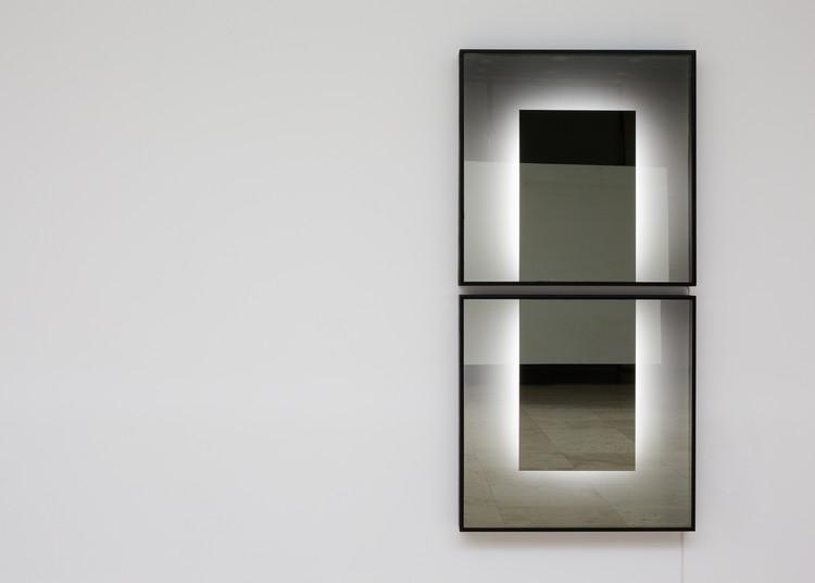 Siete/Ocho, Espejo de una dirección, tubos fluorescentes, aluminio, aluminio compuesto, pintura, oscuridad y condiciones lumínicas. Image © Felipe Fontecilla