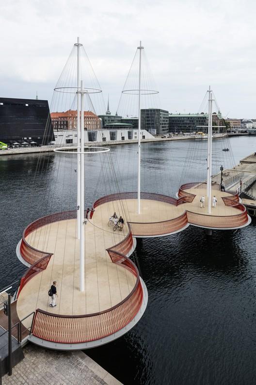 Puente Cirkelbroen / Studio Olafur Eliasson, Olafur Eliasson, Cirkelbroen (El puente circular), 2015. Christianshavns Kanal, Copenhagen. Foto: Anders Sune Berg. Un regalo de Nordea-fonden para la ciudad de Copenhagen.