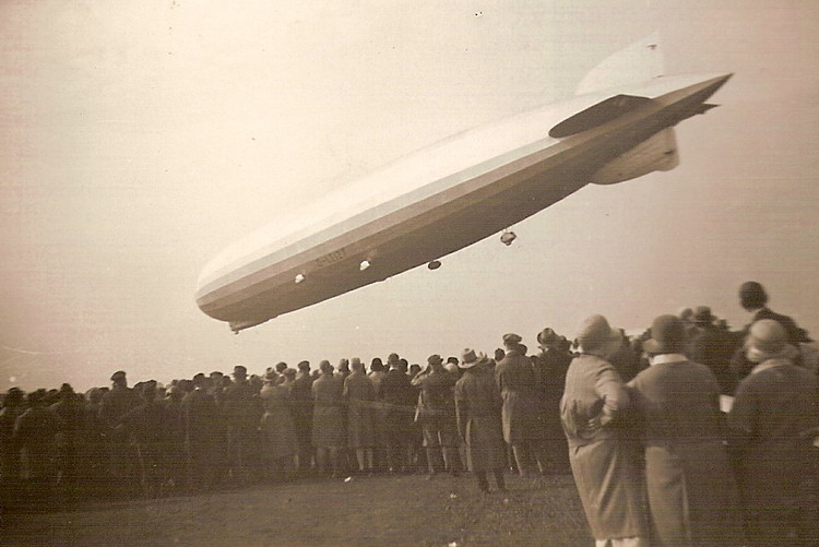 People watching the landing of Zeppelin LZ 127. Le Corbusier traveled in the same aircraft from Europe to South America in 1936. Uploaded by Grombo~commonswiki. CC BY-SA 3.0.