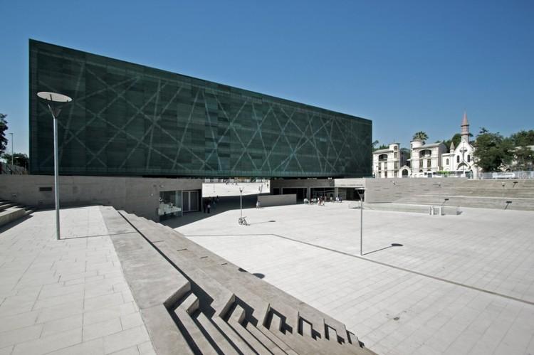 La brutal experiencia de la dictadura militar marca la museografía del Museo de la Memoria, en Santiago de Chile. Image © Nico Saieh