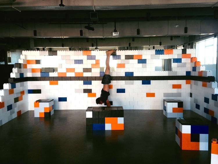 Construye una estructura LEGO en tamaño real con estos bloques modulares de plástico, © EverBlock