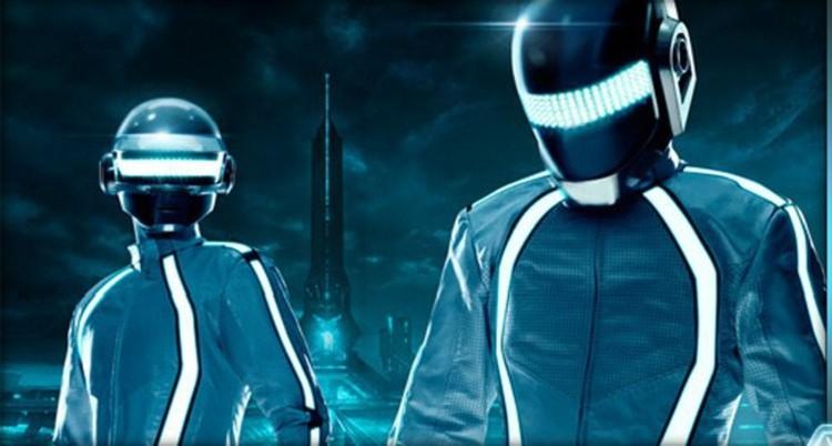 Daft Punk con el atuendo especialmente diseñado para la película