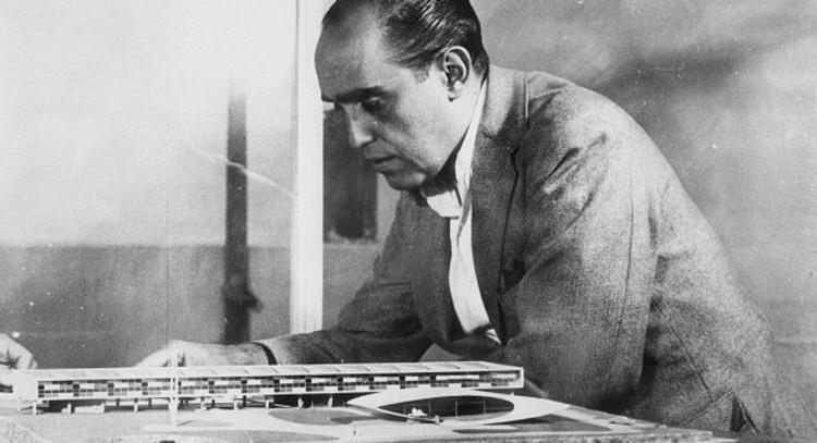 Niemeyer observa una maqueta de la escuela proyectada en Belo Horizonte (MG)