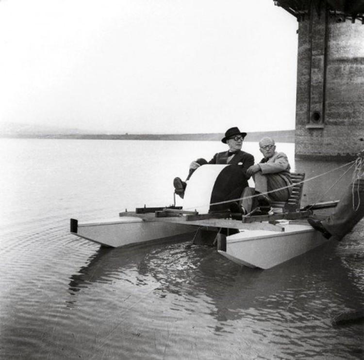 Le Corbusier y su sobrino, Pierre Jeanneret, relajánsode en el lago Shukna sobre un bote a pedal hecho por Pierre Jeanneret, 1950. Foto por Sureh Sharma.