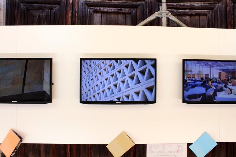 Pantallas con videos de los proyectos seleccionados © ArchDaily