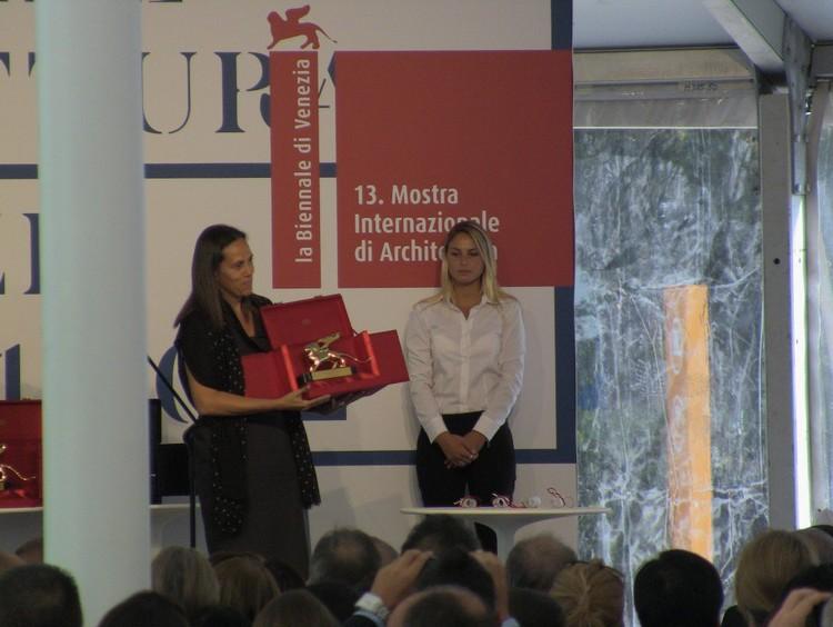 Ines Lobo, curadora del Pabellón de Portugal, aceptando el León de Oro a la Trayectoria en lugar de Álvaro Siza, quien no pudo asistir a la ceremonia