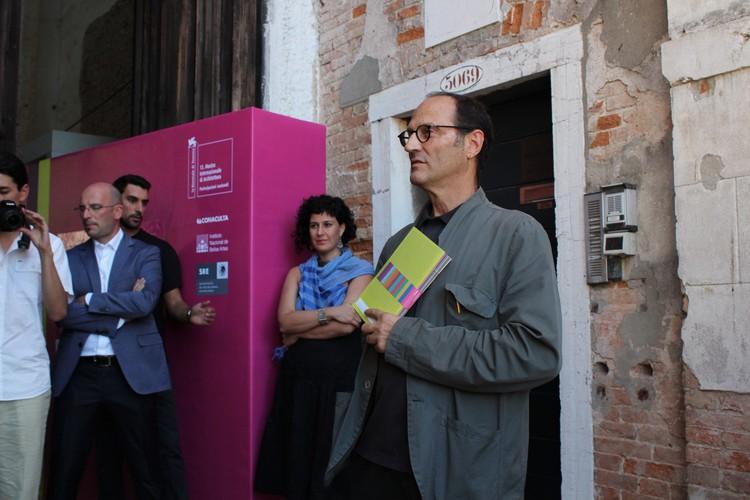 El curador Miquel Adriá en la inauguración de la muestra © ArchDaily