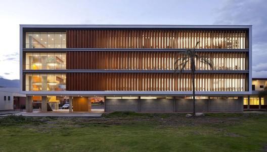 Aulario Universidad de Cuenca. Arquitectos: Javier Durán, Rubén Culcay, María Isabel Carrasco y Diego Proaño