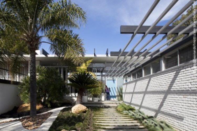 Oscar Niemeyer - Strick House, Santa Monica CA, USA © Leonardo Finotti