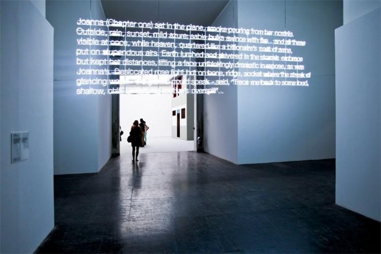 Instalación con Neon de Cerith Wyn Evans © Patricia Parinejad