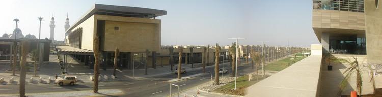 Calle entre la ciudad universitaria y el campus