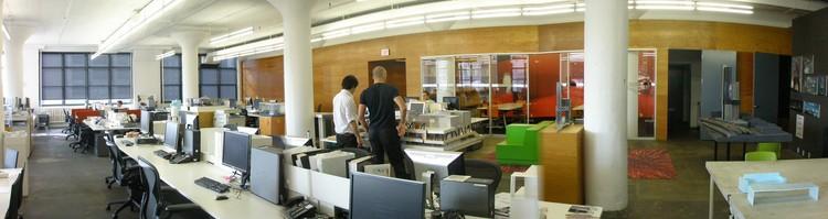 La oficina de arquitectura contemporánea: muchos computadores