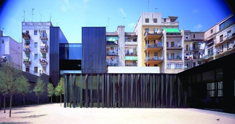 RCR Arquitectes / Biblioteca, centro para la tercera edad e interior de manzana del distrito de Sant Antoni (Foto de: Hisao Suzuki)