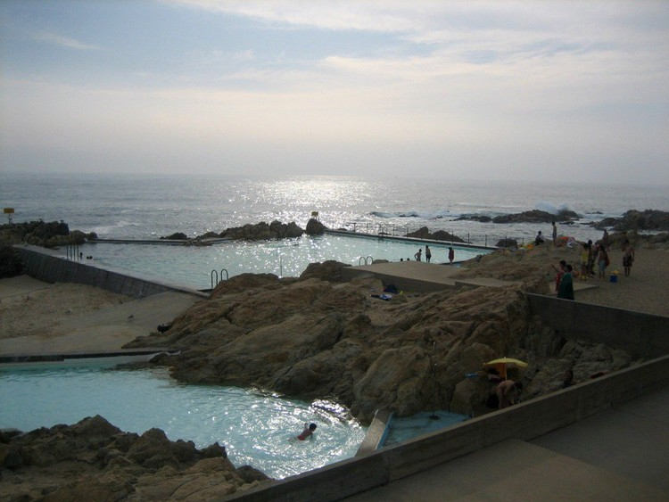 AD Classics: Leça Swimming Pools / Alvaro Siza -  Photo by Veronica Aguilar (http://www.flickr.com/photos/lynsey_wells83). Used under <a href='https://creativecommons.org/licenses/by-sa/2.0/'>Creative Commons</a>