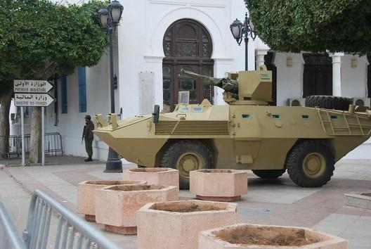 Tanks in front of the Qasba © Gladys Martínez López