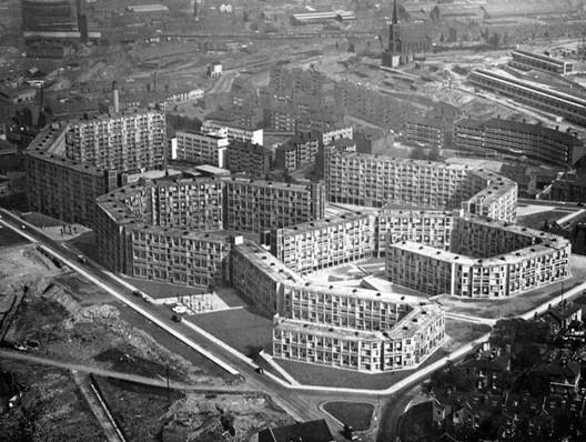 Stadtplanungsamt Sheffield (J. Lewis Wormesley, Jack Lynn, Ivor Smith und Frederick Nicklin), Siedlung Park Hill, Sheffield (1961), Reyner Banham, Brutalismus in der Architektur, Stuttgart 1966, S. 183