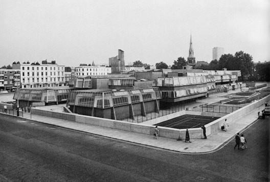 John Bancroft, Pimlico School, London (1967), Robert Maxwell, Neue englische Architektur, Stuttgart 1972; S. 142