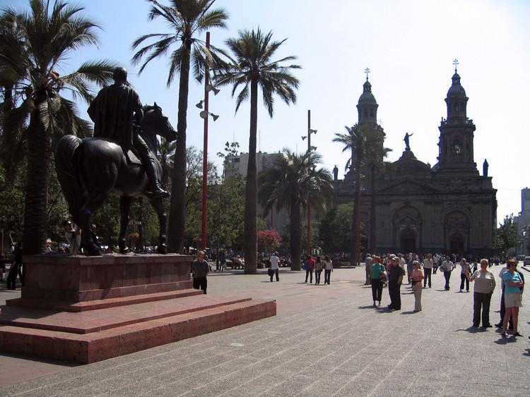 Vista de la Plaza de Armas de Santiago. Al fondo se aprecia la Catedral de Santiago. Image © Entropy1963 [Wikipedia user]