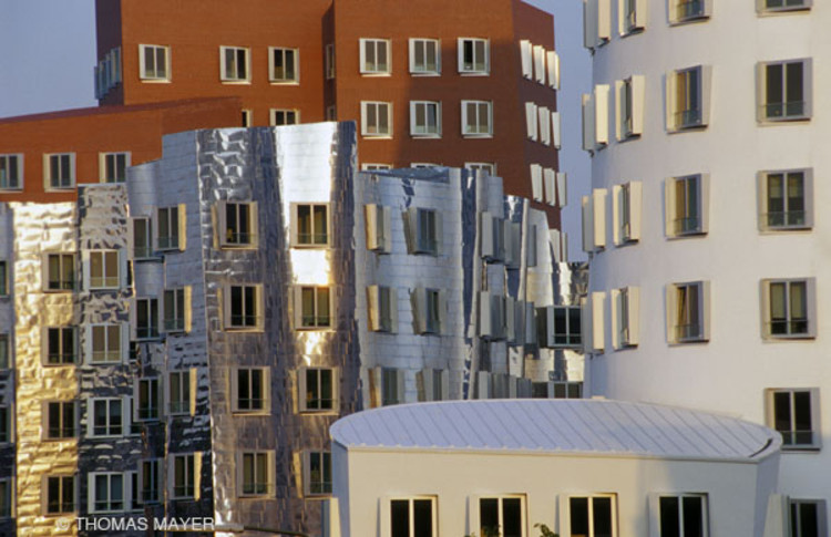 Neuer Zollhof Dusseldorf, Gehry Partners 1999 © Thomas Mayer