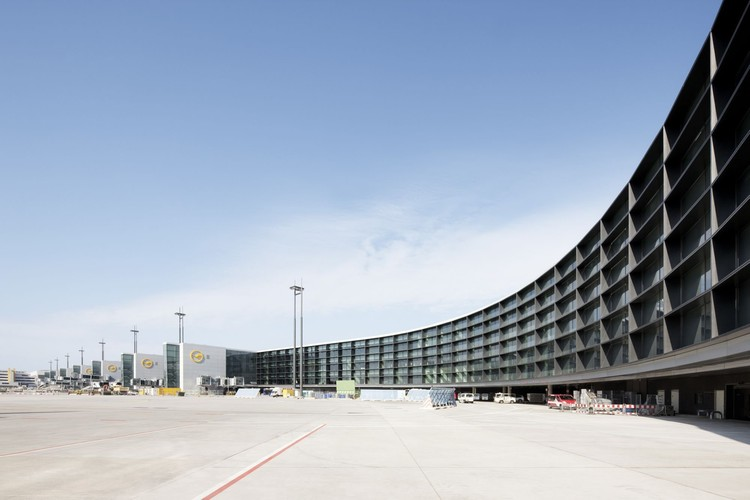 extension of gate a at frankfurt airport gmp architekten. Black Bedroom Furniture Sets. Home Design Ideas