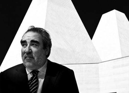 Eduardo Souto de Moura, frente a la Casa das Histórias Paula Rego. Foto por Francisco Nogueira