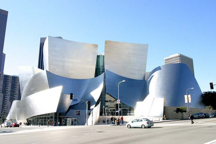 Disney Concert Hall - imagen vía usuario de flickr squakytoy. Used under <a href='https://creativecommons.org/licenses/by-sa/2.0/'>Creative Commons</a>