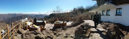 Panorámica desde la terraza del Refugio Corona, intervención temporal del refugio Edwards. Image © Equipo Editorial