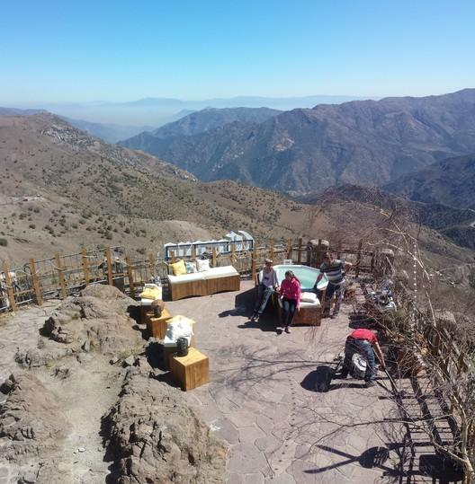 Vista de Santiago desde Refugio Corona, intervención temporal del refugio Edwards. Image © Equipo Editorial