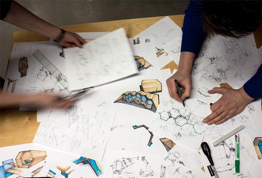 Processo de desenho para B-and-Bee. Imagem © Hannes Geipel, Achilles Design