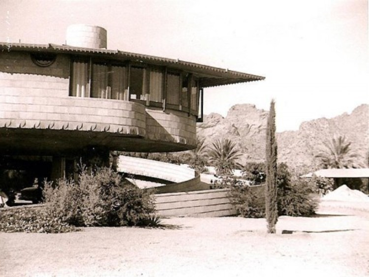 The David S. Wright Home in Arcadia, Arizona. Photo via Curbd LA.